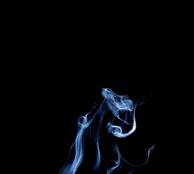 黒の背景にスティック煙の抽象的な煙