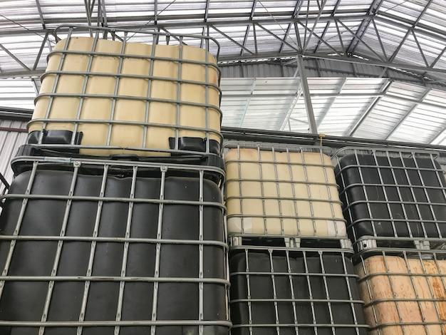 ゴム工場で大きなプラスチックタンクバレルの行