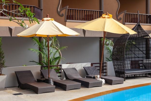 プーケットタイのホテルでモダンな椅子と屋外スイミングプール