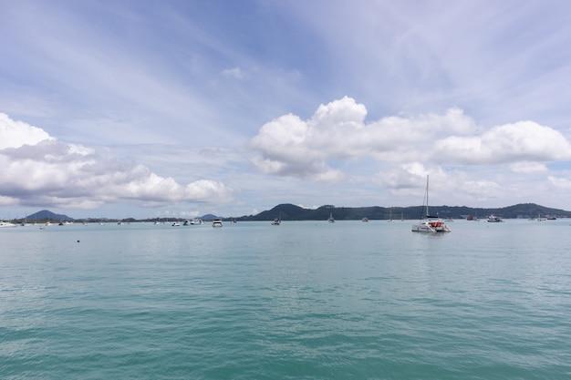 タイのプーケットで晴れた日にヨットクルーズクラブの桟橋