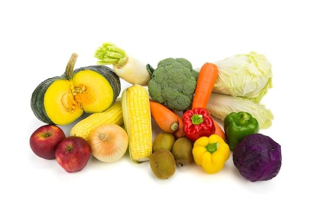 様々な新鮮な野菜は、白い背景にします。