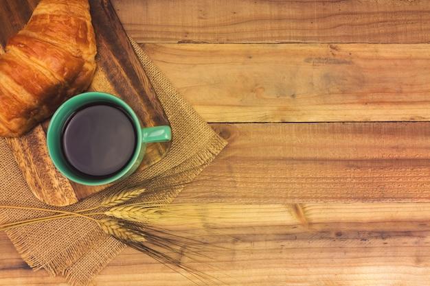 エスプレッソコーヒーと新鮮なクロワッサン