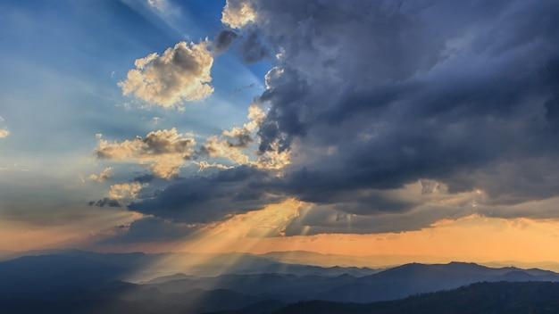 夕日と光ビーム