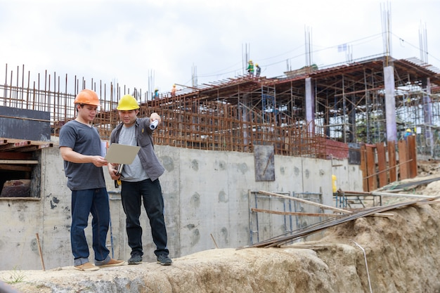 建設現場で働くエンジニアおよび建築家