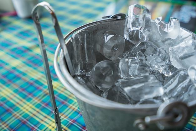 灰色のバケツの氷