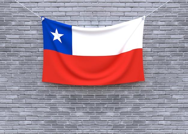 レンガの壁に掛かるチリの国旗