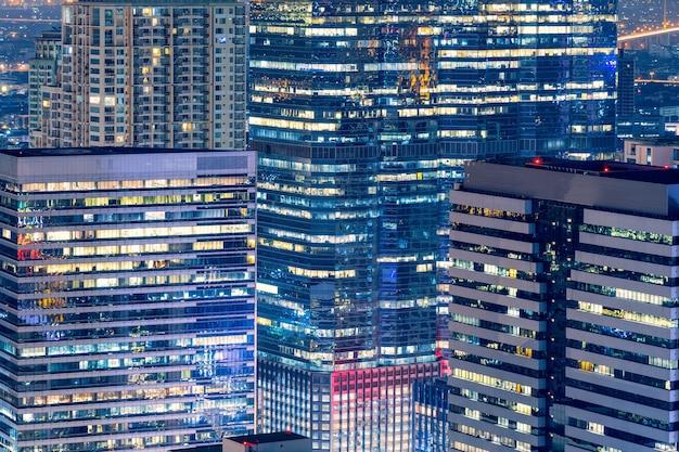 夜の大きなダウンタウンのビジネスゾーンでの現代的な建物のスカイライン