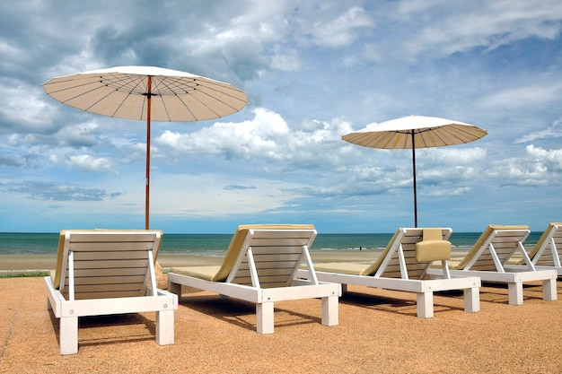 タイのビーチのビーチチェア
