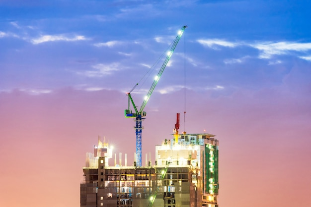 新しい複雑なインフラストラクチャーの建設現場で忙しい重工業用クレーン