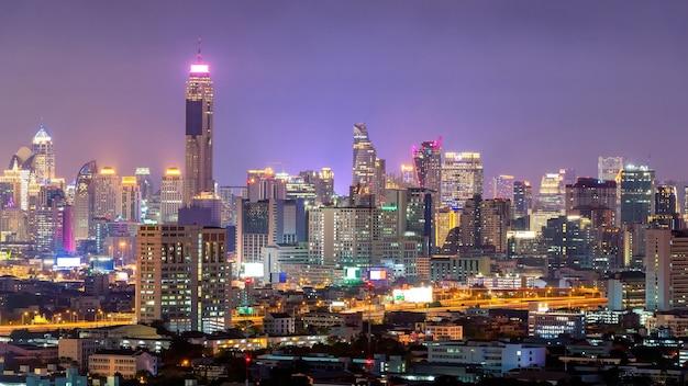 Городской вид современного офисного здания в бангкоке