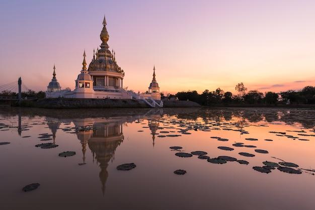 美しい仏教塔の塵