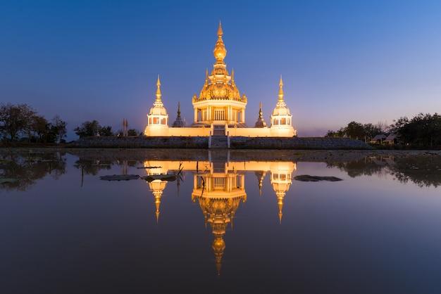 夕暮れの空と美しい仏教塔