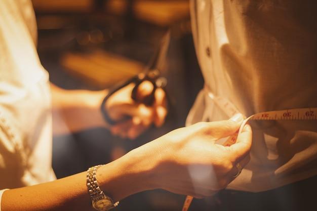 Люди азии делают одежду с опытом.