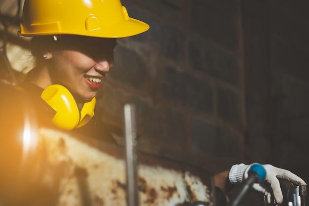 アジアの女性が工場で働いて
