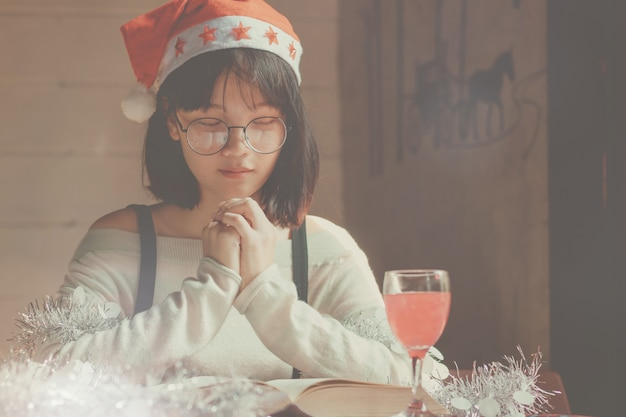美しいアジアの女性、年末年始に本を読んでいる女の子