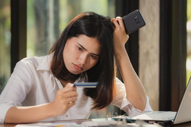 スマートフォンを使用して、驚きのカードを見て働く女性。