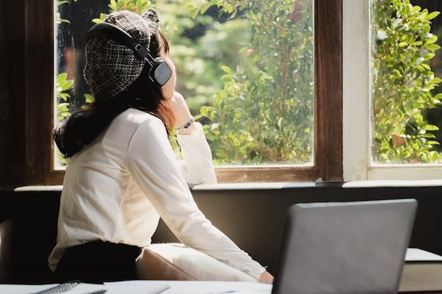 Азии женщина, слушать музыку с одиноким.