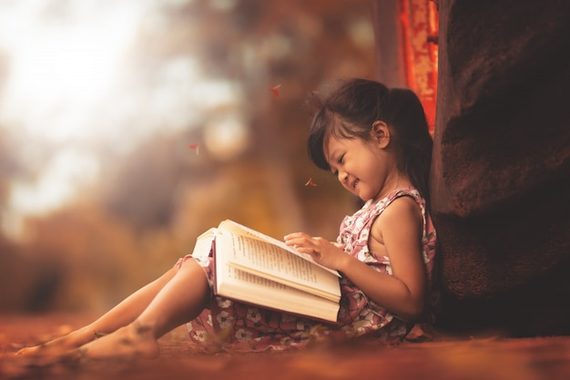 幸せな自由時間で本を読む少女。