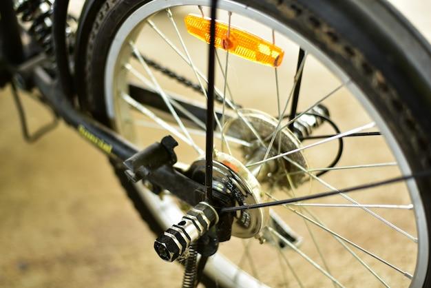 黒とオレンジ色の自転車のバックホイール