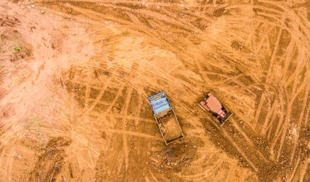 ダンプトラックは、建設現場で土を降ろします。航空写真
