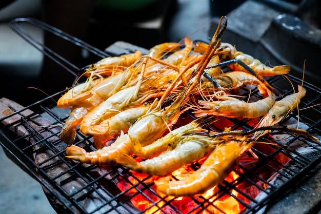 エビの串焼き焼き。タイの屋台の食べ物。