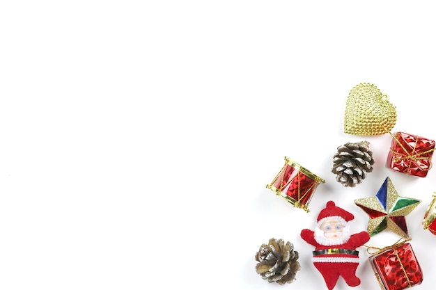 Оборудование для рождественских украшений, изолированных на белом фоне.
