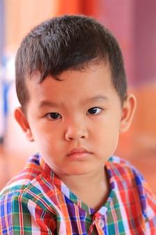 アジアの少年のネイティブのドレスでクローズアップ。