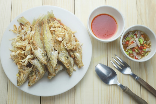シルバーシラーゴの魚は、料理にニンニクで揚げた。