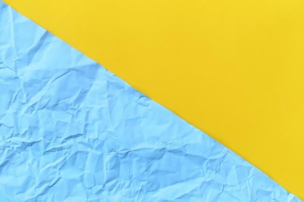 Синий арктический цвет фона мятой или морщинистой и желтой бумаги.