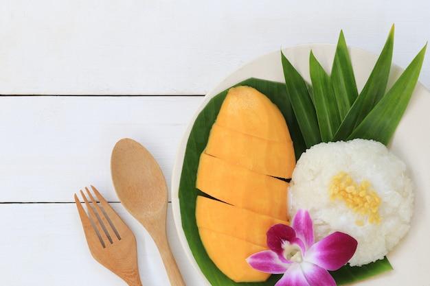 マンゴーともち米はタイの伝統的な伝統的なデザートです。