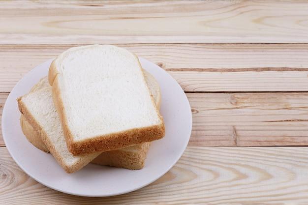 スライスされたパン木製の床の上皿に積み上げ。