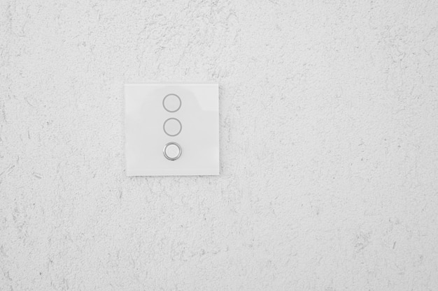 灰色のセメントの壁とスイッチング電源。