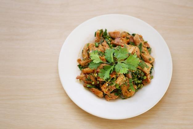 Острый салат из свинины на гриле.
