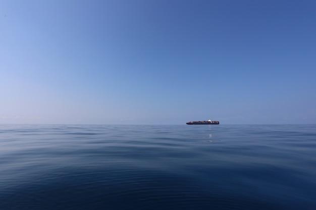 Грузовой корабль на море в ясный день и ясное небо.
