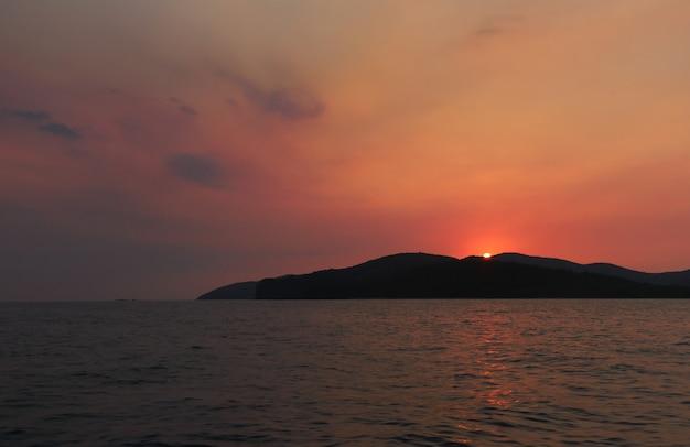 海の島からの夕日。