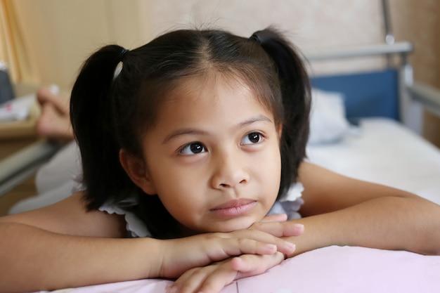 Азиатские дети девочки используют свои идеи, чтобы придумать что-то интересное из вдохновения.