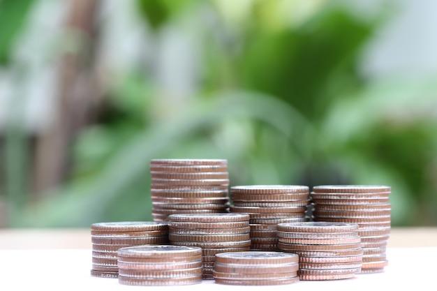 シルバータイのコインは、ビジネス成長の概念に積み重ねています。