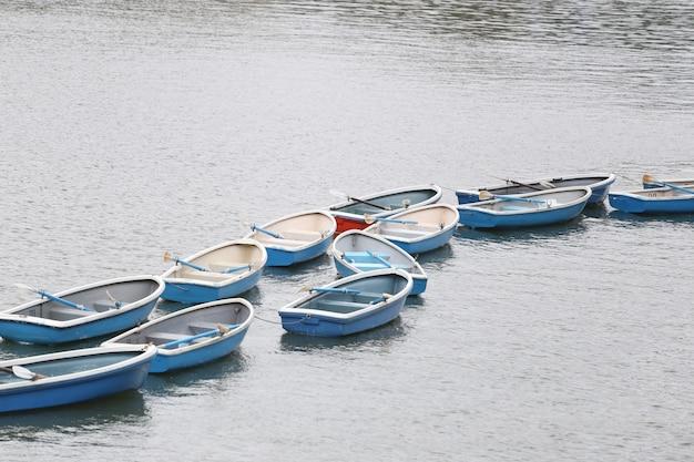川の中の多くのボート