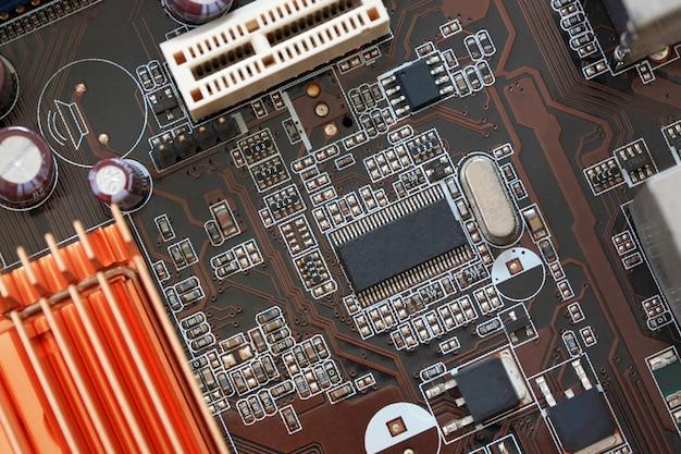 Соединительные электронные компоненты на материнской плате компьютера.