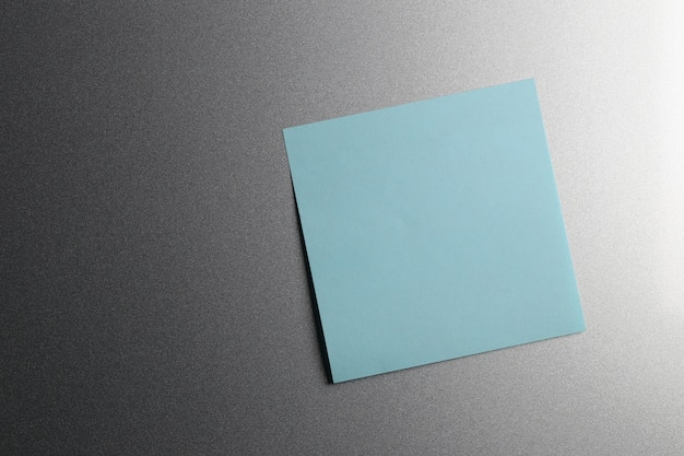 デザインと入力テキストのために冷蔵庫のドアに空の青い紙のシート。