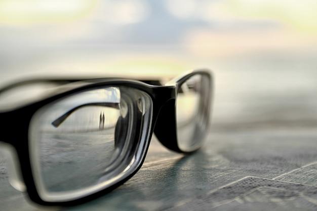 背景のボケ味で覆われたメガネ