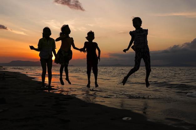 インドネシアのビーチで夕日を楽しむ