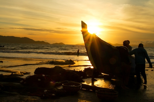 伝統的な漁師は海で魚を捕まえる
