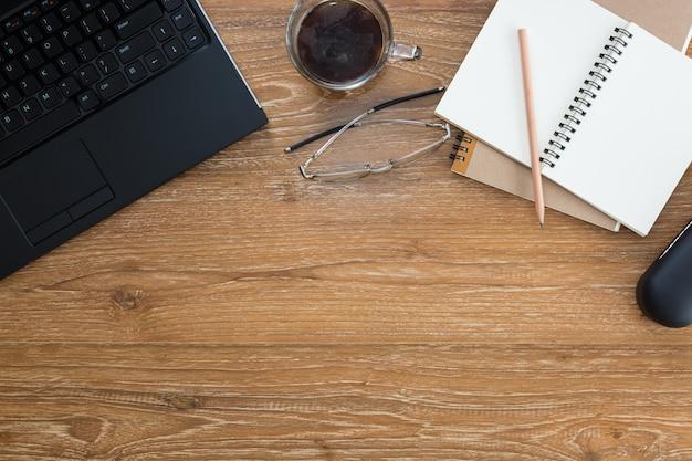 コンピュータのノートパソコンのカップ、コーヒーの眼鏡とノート