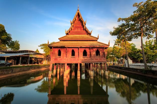 北東タイ、イサンのウボンラーチャターニーにあるワットゥンシムアン寺院にある高床式の図書館。