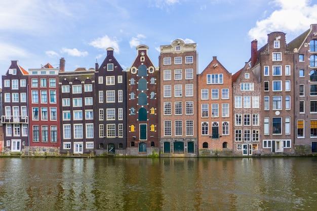 アムステルダムでの日差しの中でカラフルな伝統的な古い建物