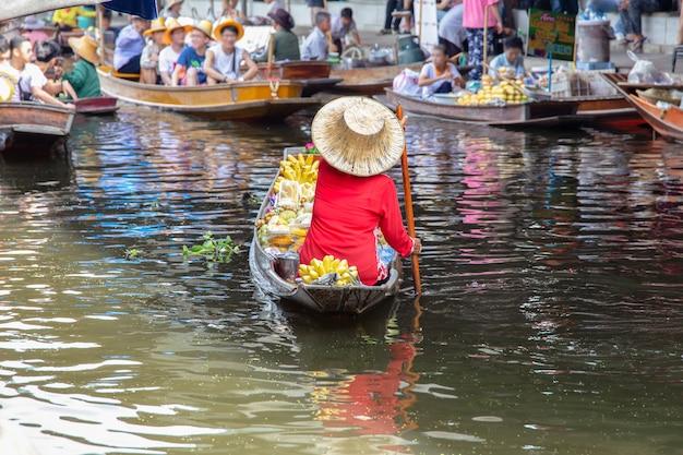 タイのバンコク近くダムヌンサドゥアック水上マーケット