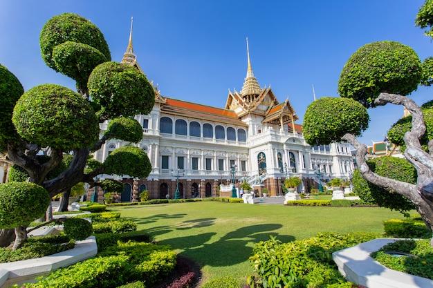 壮大な宮殿、青い空、バンコク、タイのワット・プラ・ケオウ