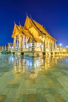 タイのバンコクで夕暮れ時に青い空とワットスタットテパワララム