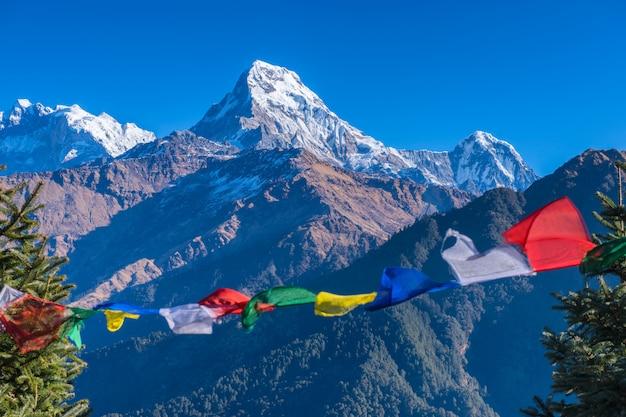 雪の尾根のフロンが付いている山の美しい曇り日の出ヒマラヤの視点、ポカラネパール